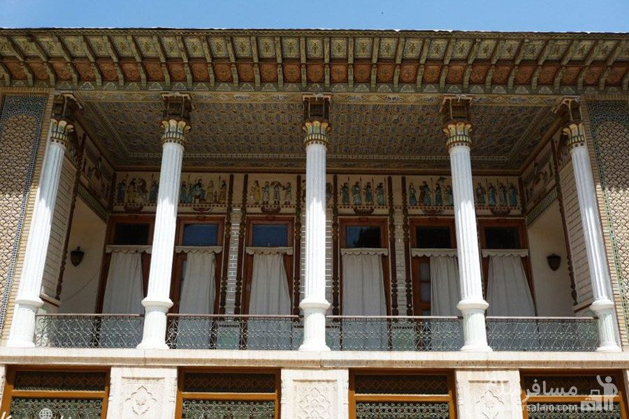 سقف چوبی با ستون سنگی ایوان باغ عفیف آباد شیراز