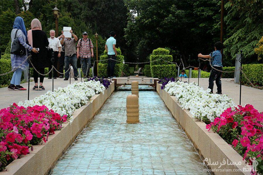 حضور گردشگران در باغ ارم