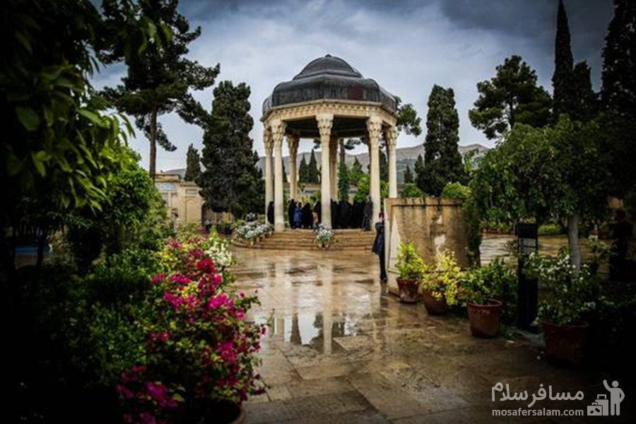 مقبره ی حافظ و باغ جلوی آن