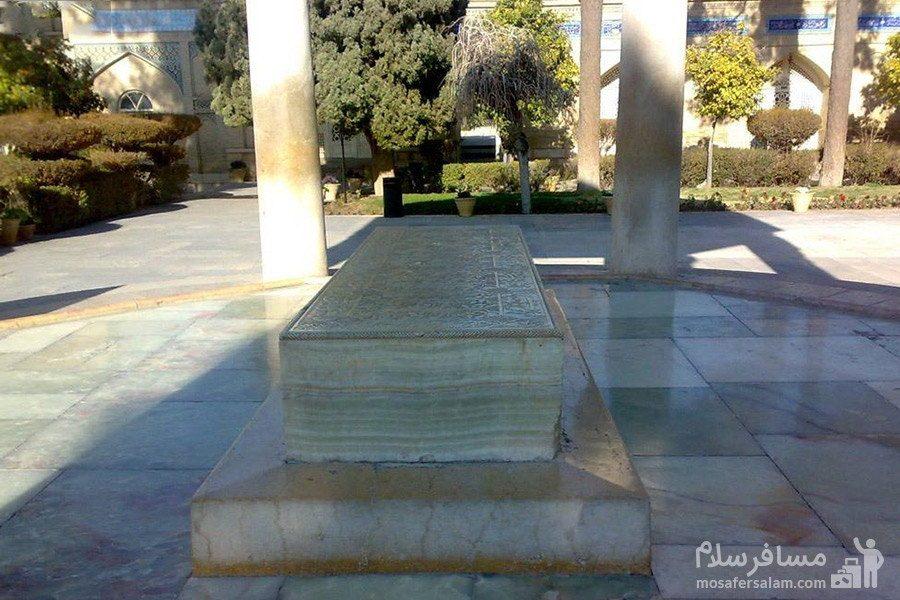 سنگ مرمر در بروی مقبره ی حافظ
