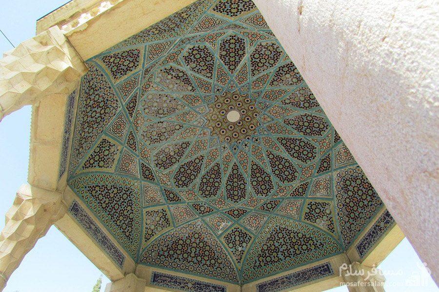 گنبد و چهار ستون سنگی مقبره ی حافظ