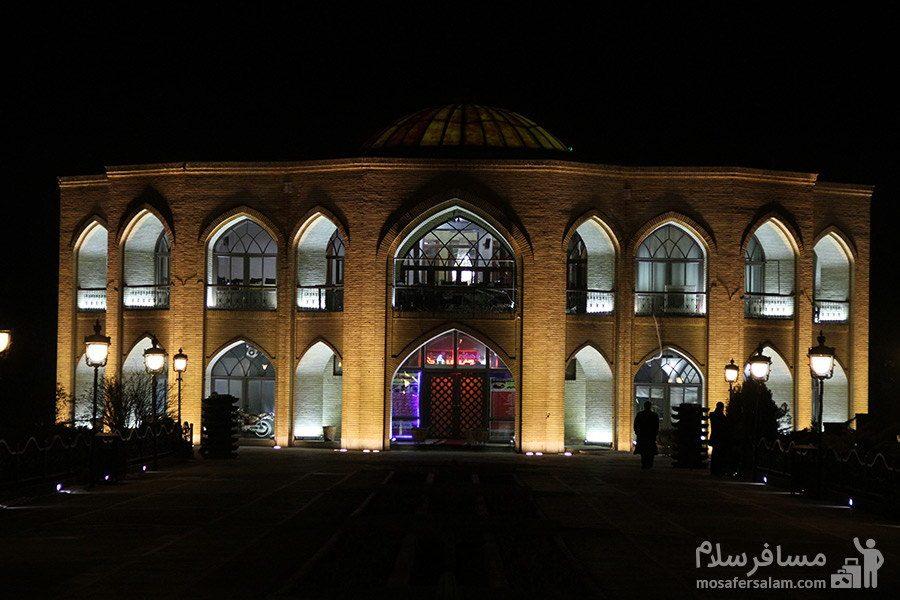 ساختمان عمارت کلاه فرنگی در شب