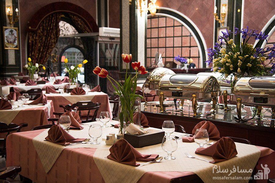 میزهای رستوران مرسده هتل قصر مشهد