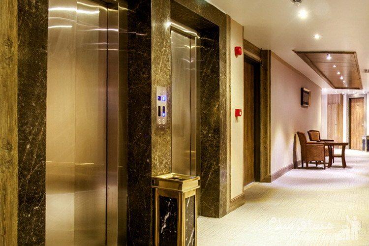 نمایی از راهرو به همراه آسانسور هتل ایران زمین مشهد