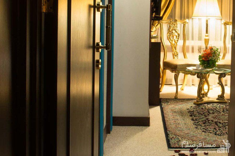 در ورودی اتاق های هتل مدینه الرضا مشهد