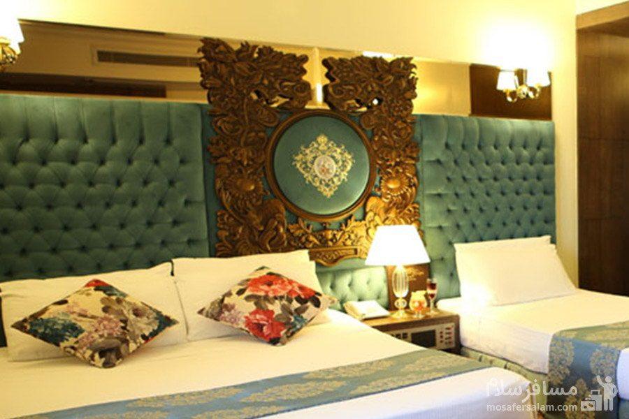 اتاق خواب سه تخته در هتل مشهد