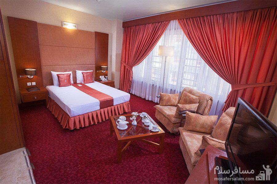 اتاق با تم قرمز هتل توس مشهد