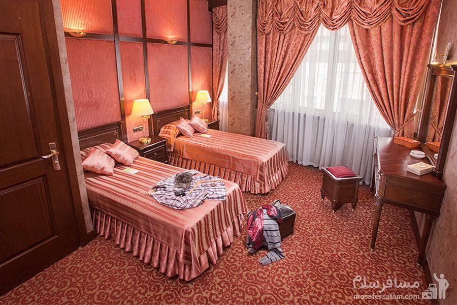 اتاق با تم گلبهی هتل توس مشهد