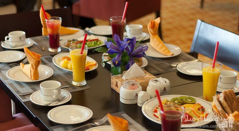 میز غذا هتل پارسیان آزادی تهران