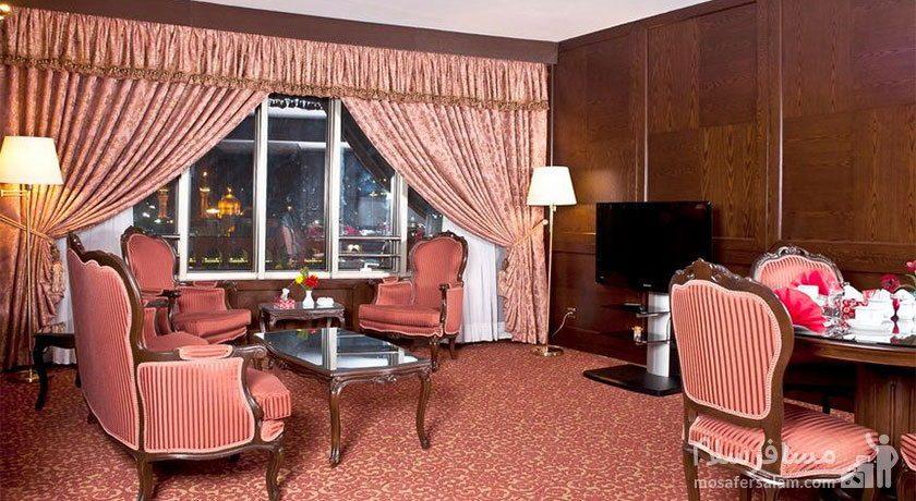 اتاق پذیرایی رو به حرم هتل توس مشهد