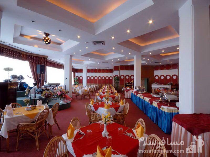 رستوران با رنگبندی قرمز هتل شایگان