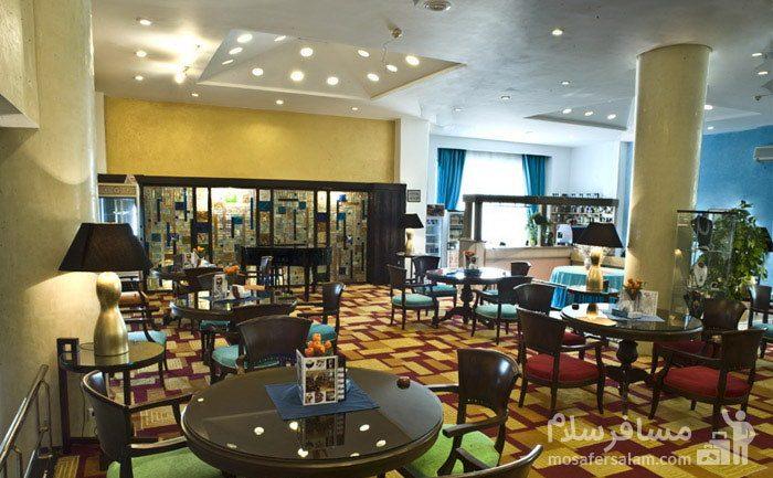 رستوران با رنگبندی متفاوت هتل شایگان