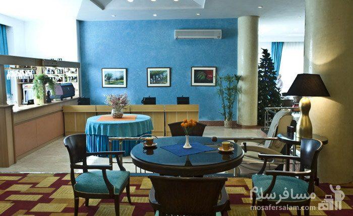 رستوران با رنگبندی متفاوت هتل شایگان کیش