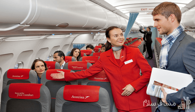 مهماندار هواپیما در حال کمک به مسافر