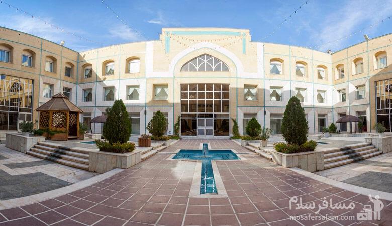 ورودی هتل قصرالضیافه مشهد
