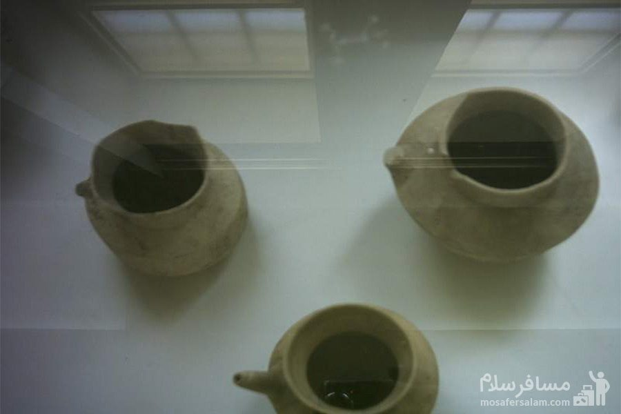 اشیای سفالی داخل موزه ی آبادان