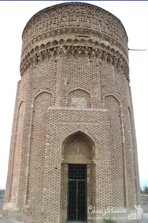 نمایی از برج آجری طغرل (برج مهماندوست)