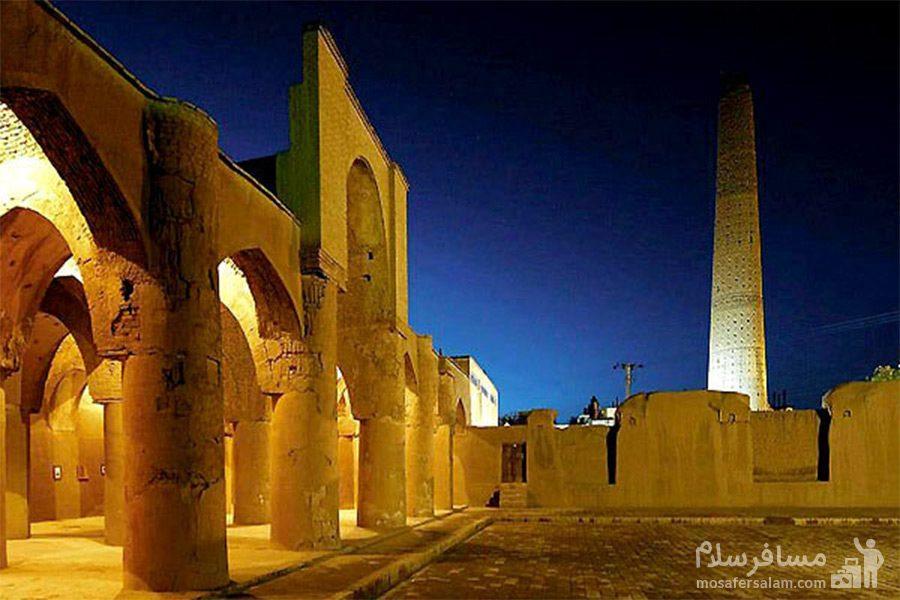 مسجد تاریخانه دامغان در شب