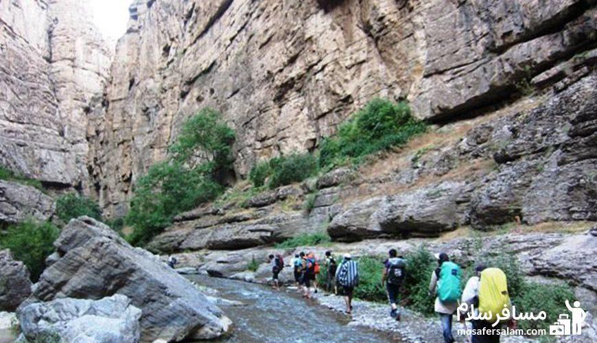 کوهنوردی مردم در کوههای دره شمخال