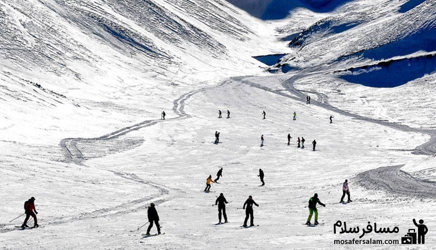 منظره ای دیدنی از اسکی بازان