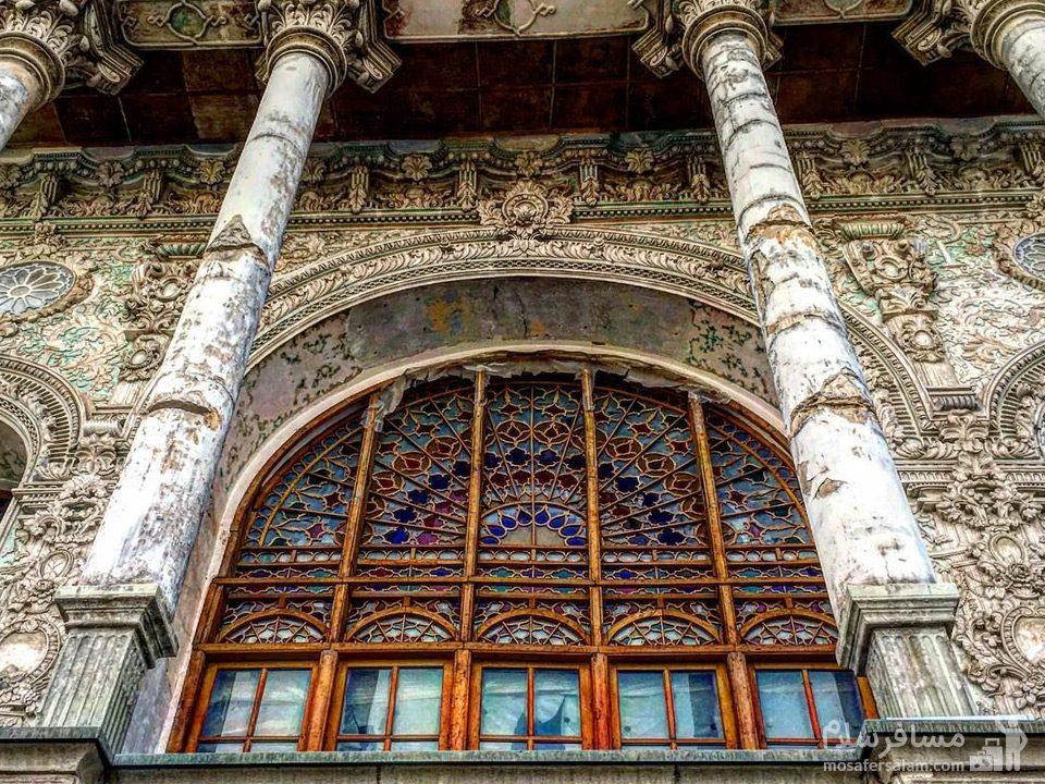 پنجره تزیین شده با گچ و نقاشی عمارت شاپوری